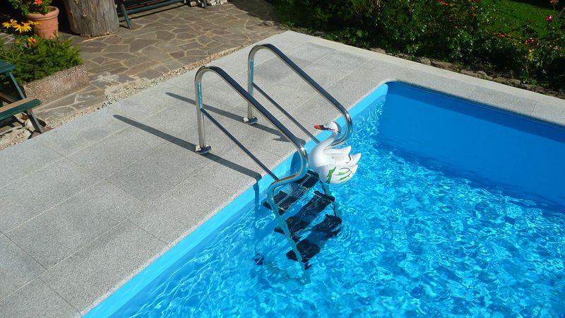Edelstahl-Treppenleiter Modell Waveline, ergonomisch geformt für leichteren Ein- und Ausstieg