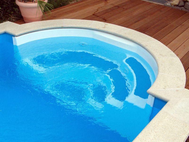 Fertigteiltreppe Modell Marbella Mini, weiß mit blau abgesetzten Stufen
